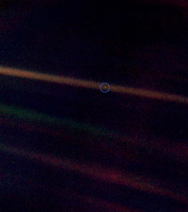 Der hellblaue Punkt ist die Erde aufgenommen aus einer Entfernung von 5.6 Lichtstunden.